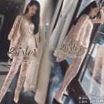 สินค้าพร้อมส่ง 한국에 의해 설계된 2Sister made, Pink Luxury Premium Lady Korea Sweet Set เซ็ตจั้มป์สูทขายาว+เสื้อคลุมใส่เข้าชุดกัน เนื้อผ้าorganzaทอลายลูกไม้สีหวาน แต่งประดับมุกอัดแน่นช่วงเอวและขอบชายสวยมากๆค่ะ ตัวเสื้อเป็นเสื้อคลุมทรงสูทแขนยาวสี่ส่วน มาพร้อมกับจ