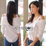 Lady Ribbon's Made Lady Natalie Sexy Off-Shoulder Ruffle Cotton Top เสื้อผ้าคอตตอนสายหนาเปิดไหล่ประดับระบายสุดเซ็กซี่ ตัวนี้เหมือนจะเป็นสายหวานแต่แอบเซ็กซี่นะคะ ช่วงบนเป็นสายเดี่ยวหนา ส่วนช่วงตัวเป็นแบบเปิดไหล่คอกว้าง ประดับระบายเป็นชั้นที่หน้าอก ตรง