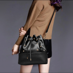 Pre-order กระเป๋าสะพายผู้หญิง Jinfenshijia กระเป๋าสไตล์ยุโรปอเมริกัน หนัง PU สีดำ