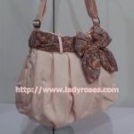 กระเป๋าสะพาย นารายา ผ้าคอตตอน นาโน สีชมพู ผูกโบว์ สีน้ำตาลลายไทย ด้านข้าง (กระเป๋านารายา กระเป๋าผ้า NaRaYa กระเป๋าแฟชั่น)