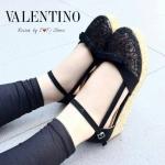 พร้อมส่งแบบใหม่มาแรงส์ รองเท้าลูกไม้ STYLE VALENTINO ที่เห็นแล้ว Likeเลย ด้านหน้าทำจากผ้าลูกไม้ลายน่ารักๆ สายปรับได้ ใส่แล้วกระชับเท้า มาพร้อมส้นลายเกร๋ๆ ทรงสวย