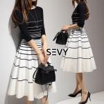 Sevy Two Pieces Of Stripes Sweater With Skirt Sets Type: Sweater+Skirt (Sets) Fabric: Knit+Spandex ผ้า เสื้อไหมพรม knit/แขน 5 ส่วน กระโปรงสเปนเดกเนื้อผ้ามีน้ำหนัก /ซิปข้าง Detail: Sets เสื้อไหมพรมลางขวางพื้นดำสลับเส้นขาว มาพร้อมคู่กับกระโปรงพื้นขาวตัดเส้น