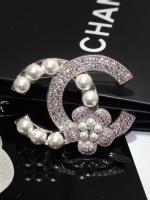 พร้อมส่ง ~ Chanel Brooch สไตร์ Logo ตัว C ดีไซด์เก๋ไก๋ฝังเพชรประดับมุก
