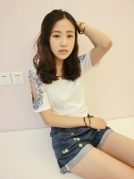 เสื้อแฟชั่นเกาหลีสีขาวเว้าแขนปักลายตามภาพ