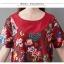 ชุดเดรสผ้าฝ่ายผสม ลายดอกไม้ มีกระเป๋า และกระดุมติดด้านข้างปรับทรงได้ สีแดง thumbnail 10
