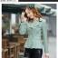 Pre-Order เสื้อสูทผู้หญิงแฟชั่นเกาหลี เสื้อสูทเข้ารูปตัวสั้น ปกใหญ่สองชั้น ตกแต่งด้วยผ้าลูกไม้ที่ปกและตัวเสื้อ แขนยาว กระดุม3 เม็ด 2 แถว thumbnail 1