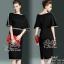 สินค้าพร้อมส่ง 한국에 의해 설계된 2Sister Made, Black Elegant Beauty Charming Dress เดรสสีดำลุคเรียบหรู เนื้อผ้าpolyesterสีดำเกรดดี กุ้นแต่งขอบสีขาวเก๋ๆ ช่วงบนทรงoversized แขนบานสวย เอวจั้ม แต่งประดับเลื่อมวิบวับช่วงเอวสวยมากค่ะแพทเทิร์นเข้ารูปเป็นทรงสวย สามารถใส thumbnail 2