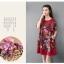 ชุดเดรสผ้าฝ่ายผสม ลายดอกไม้ มีกระเป๋า และกระดุมติดด้านข้างปรับทรงได้ สีแดง thumbnail 4