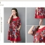 ชุดเดรสผ้าฝ่ายผสม ลายดอกไม้ มีกระเป๋า และกระดุมติดด้านข้างปรับทรงได้ สีแดง thumbnail 7